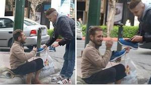 Mladý muž jde s taškou v ruce k bezdomovci. To, co udělal poté, je absolutním př