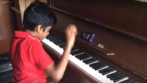 Tomuto klukovi je teprve 9 let a hrát na pianino se učí teprve 1 rok. Podívejte