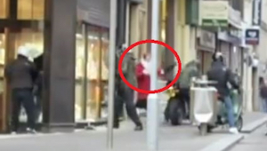 Zloději vykradli klenotnictví. Pozorně sledujte, co udělala žena v červeném pláš