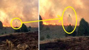 Otec a syn sledují, jak požár ničí jejich dům. To, co uviděli v plamenech, šokov