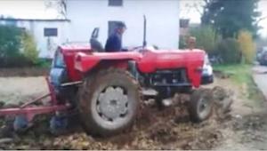 Nechtěli přeparkovat auta z pozemku zemědělce - jeho pomsta pobavila téměř 1 mil