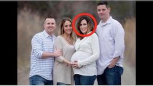 Těhotná žena pózuje na fotografii s manželem a přáteli, ale skutečný otec dítěte