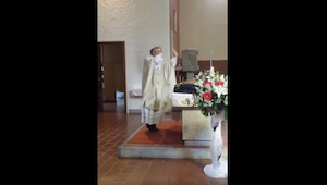 Tahle svatba probíhala hladce, když se kněz začal chovat divně… poté už to bylo