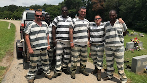 6 vězňů si všimnulo, že jejich dozorčí upadl do bezvědomí. To, co se stalo poté,