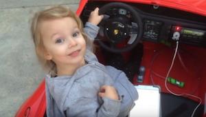 Roztomilá 5letá holčička nasedne do svého elektrického autíčka. Poté mi z úžasu