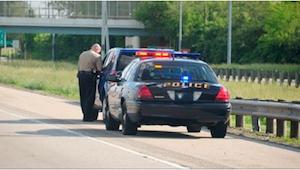 Otec měl dostat pokutu za příliš tmavá okna na autě, ale tehdy se policista podí