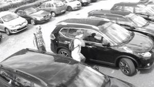Muži se podívají do auta a chystají se ho vykrást. Skutečný důvod si zaslouží po