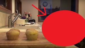 Žena se rozhodla natočit, kdo jí krade muffiny. Když to uvidíte, popukáte se smí