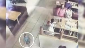 Obědvali v restauraci, zatímco si jejich syn hrál. Kdyby se ve správném okamžiku