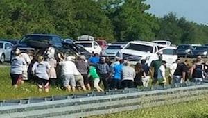 Byla svědkem nehody na dálnici a uviděla spoustu lidí, jak běží k autu. To, co u