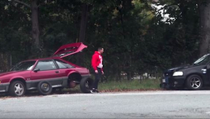 Prosil o pomoc, ale řidiči mu nevěnovali pozornost. Náhle přijelo černé auto.