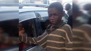 Přiblížil se k autu a chtěl prosit o peníze, ale když to uviděl, odvrátil zrak a