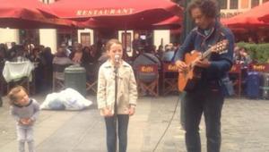 Otec naléhá, aby si pouliční muzikant zahrál s jeho dcerou. Když holčička začne