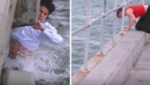 Muž chtěl popel babičky vysypat do moře, když něco spatřil a okamžitě skočil do