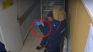 Policistka si navléká latexovou rukavici a to, co udělá, šokuje celou veřejnost…