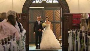 Otec vede dceru k oltáři. Náhle žena zdvihne ruku a překvapí všechny hosty.