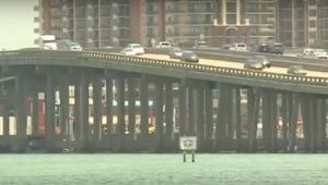 Kapitán lodi si byl jistý, že někdo z mostu vyhazuje odpadky. Když se podíval bl