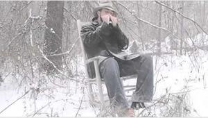 Muž hraje Amazing Grace na foukací harmonice. Budete mít husí kůži!