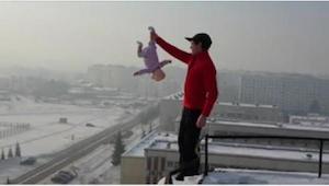 Chytil dítě za nohu a přiblížil se na okraj budovy. Nikdy by mě nenapadlo, že ud