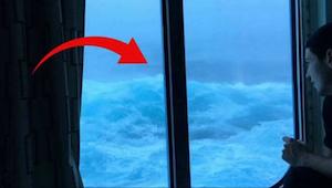 Během plavby se objevily velké vlny. Jeden z cestujících zaznamenal scény, které