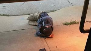 Zaměstnanci útulku uviděli, že před vchodem spí bezdomovec. Když jim prozradil d