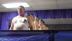 Tým seniorů v synchronizovaném plavání - toto video vás pobaví k slzám!