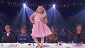 9letá holčička začíná tančit na stole před porotou - po několika vteřinách ale n