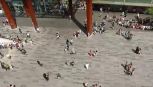 Holčička začne náhle tančit na ulici ve městě Eindhoven. Po několika vteřinách u