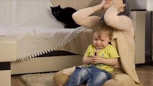 Proč se některé děti chovají špatně, když jsou se svou mámou? Známe odpověď.