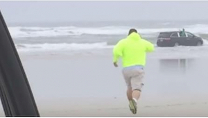 Když spatřil auto s dětmi, které mizelo ve vlnách, neváhal a okamžitě jim běžel