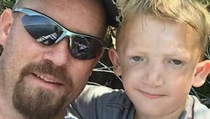 Otec apeluje na jiné rodiče poté, co děti házely kameny do jeho postiženého syna