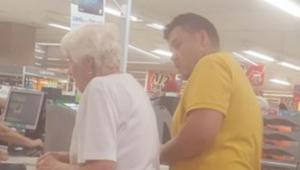 Starší žena neměla z čeho zaplatit za nákup. Neznámý muž udělal něco výjimečného