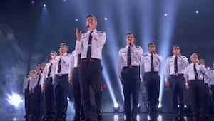 Mužský pěvecký sbor Leteckých sil zazpíval a capella. Porota a publikum byli v š