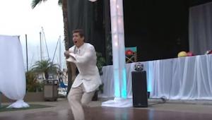 Ženich začal tančit sám. Dav hostů začal tančit, jako kdyby byl v transu, když s