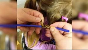 Otec omotá vlasy dcery kolem brček. Sledujte, co se děje, když je sundá!