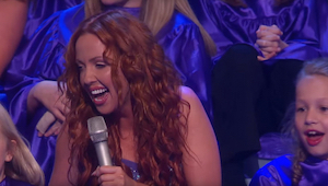 Čtyři ženy zpívají tradiční gaelskou píseň a přidá se k nim i dětský chór… všich