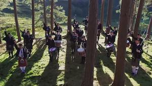 Skupina se rozhodla přidat do písně Fight Song skotské detaily. Výsledek vás dos