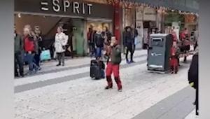 Kolemjdoucí nemohli uvěřit, že tento chlapec zpívat hit Celine Dionové. To musít