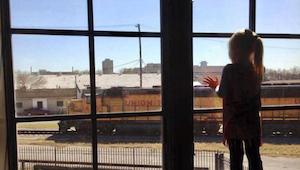 Po dobu 3 let průvodčí mávali na holčičku, která se na ně dívala z okna nedaleké