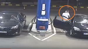 Náctiletý kluk odmítne na čerpací stanici zahasit cigaretu. Už za okamžik mu to