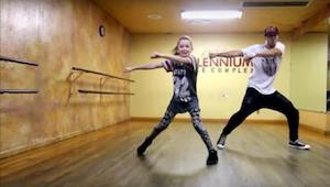 Muž na videu tančí skvěle, ale to, jak tančí holčička vedle něho, je na zcela ji