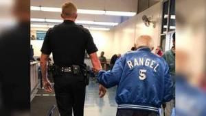 Zaměstnanci banky vyhnali 92letého dědečka. Ten se vrátil v doprovodu policisty!