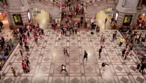 Cestující nevěřili svým očím, když skupina lidí začala tančit uprostřed nádraží