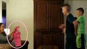 Trojice chlapců prosí přítelkyni otce, aby otevřela svůj dárek a poté… padají na