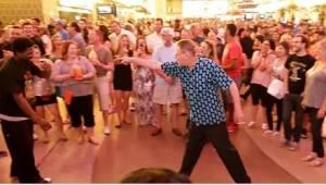 Mladíci se smáli ze staršího muže, který je vyzval na taneční souboj. Rychle své