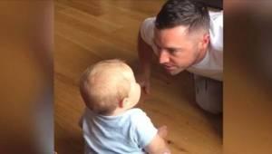 Chtěl rozesmát své dítě, ale začal se smát, když uslyšel, že se jeho syn směje j