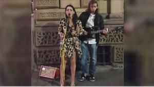 Žena ve vyzývavých šatech přišla za muzikantem a zeptala se, jestli se může přid