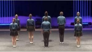 8 lidí stojí na pódiu. Když začnou tančit, vyrazí vám to dech!