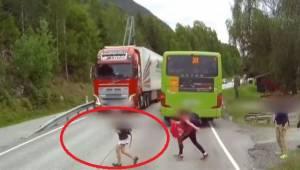 Řidič si málem nevšimnul dětí na silnici! Z tohoto videa tuhne krev v žílách!