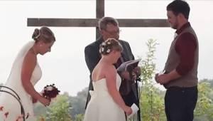 Kněz požádal nevěstu, aby před oltářem udělala místo pro sestru. Poté ženich šok
